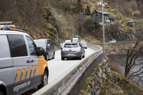 TRANGT: Planen er å erstatte denne farlige veien mellom Nesttun og Arna med en firefeltsvei fra Fjøsanger via Arna og helt til nord i Åsane. Byrådet vil at vegvesenet også utreder et mer moderat alternativ til denne gigantiske motorveien, estimert til 19-26 milliarder kroner.ARKIVFOTO: BA