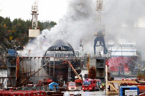 Fergen MF «Strand» begynte å brenne lørdag morgen. Det tok lang tid å få kontroll på flammene.