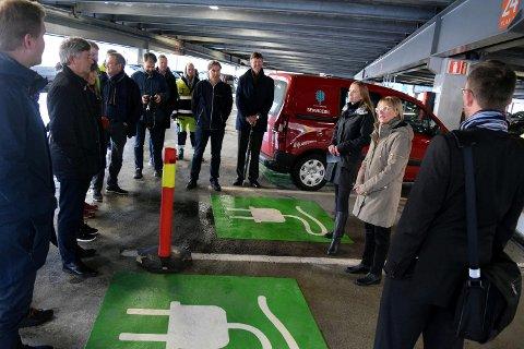 Klimabyråd Julie Andersland og daglig leder Bjørg Hatlem i Bergen Parkering talte til de fremmøtte under den offisielle åpningen av den utvidede ladestasjonen i Bygarasjen.