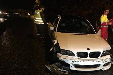 Begge bilene hadde store skader i fronten, men sjåføren slapp uskadd fra ulykken.