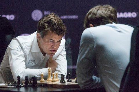 Magnus Carlsen og Sergej Karjakin spilte en rask remis i det siste ordinære VM-partiet.