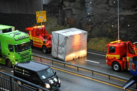 Her rydder Viking opp i problemene på riksvei 555. en svær pakke med isopor ble slept av broen.