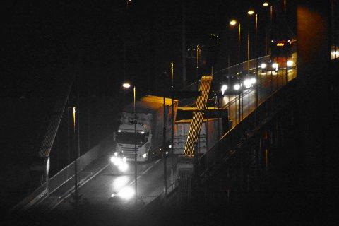 Sotrabroen var stengt i begge retninger i litt over to timer. Lastebilens tilhenger kilte seg fast.