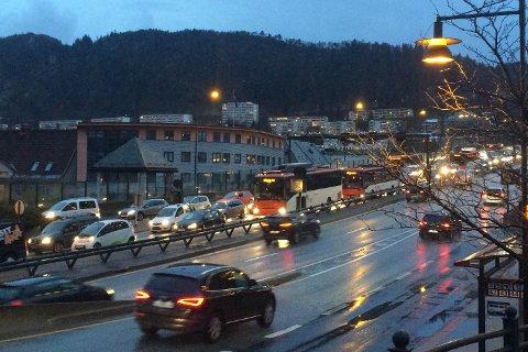 Køen tettet seg raskt i store deler av sentrum, som her på Puddefjordsbroen.