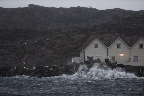 Hellesøy, som ligger lengst nord i Øygarden kommune, kjente stormkastene fra mandag morgen.