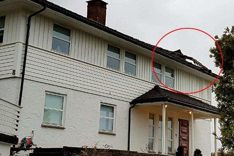 Vinden tok tak i hjørnet av taket på huset i Godvik.