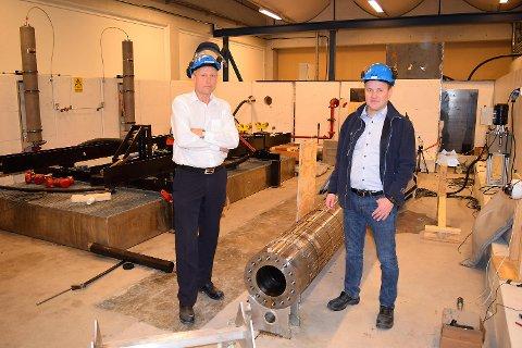 Terje Svendsen (til venstre) og Geir Stokke i Arna-bedriften TCO viser frem utstyr som brukes for å trykkteste glasspluggen bedriften produserer. FOTO: SVEIN TORE HAVRE