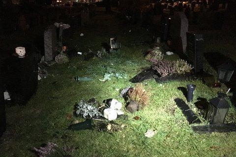 Blomster og gravstøtter er veltet på gravplassen.