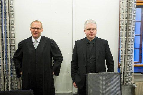 Styreleder i Taxi Vest Torkjell Øvrebø (t.h.) er glad for at de nådde frem i saken mot forsikringsselskapet til eks-advokat Odd Drevland. Her sammen med advokat Morten D. Haldorsen før saken i tingretten i februar i fjor.