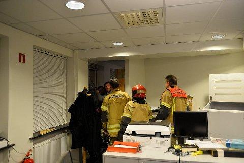 Her kommer brannvesenet til unnsetning. Redaktør Anders Nyland og frontredigerer Geir Jetmundsen står og holder vinduet slik at det ikke faller flere etasjer og ned i Valkendorfsgate.