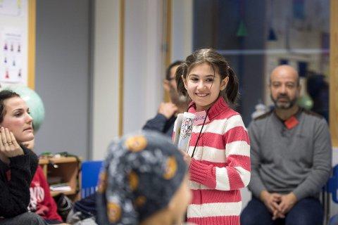 Første skoletimen fikk Marisa og de andre i innføringsklassen bli kjent gjennom en navnelek. I bakgrunnen er Marisas onkel Majed Eddin.