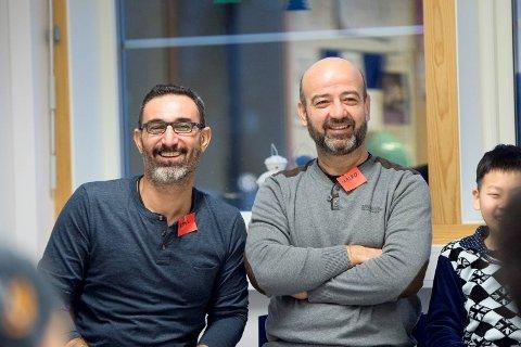 Lazgen Alkhalil (t.v.) og Majed Eddin var med sønnen sin og niesen på første skoledag ved Møhlenpris skole tirsdag.