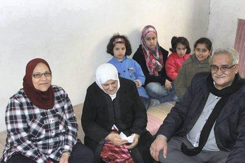 Kvinnen i midten var alene med fire barnebarn (bak) etter at døtrene og svigersønnene ble drapt i krigen i Syria.