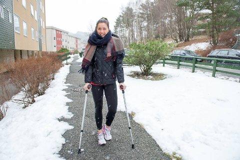 Stine Skogrand går på krykker for tiden. – Jeg er fryktelig dårlig på å være skadet, men dette er heldigvis en skade som skal lege seg helt fint, forteller hun.