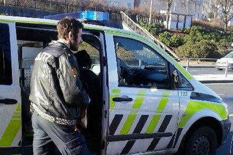 Ruten på passasjersiden ble knust mens politibilen sto parkert.