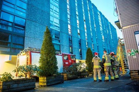 Mellom klokken 0345 og klokken 0615 har brannvesenet rykket ut hele fem ganger til falske brannalarmer ved Fantoft studentby. Dette bildet er fra en tidligere utrykning.