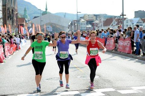 Bergen City Marathon: Disse tre blide damene krysset målstreken hånd i hånd i 2014.