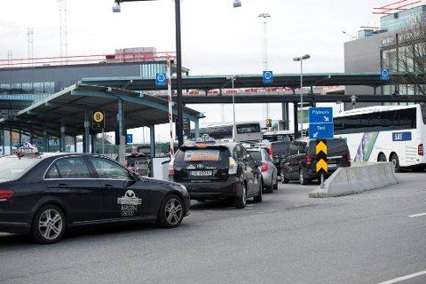 Fra mandag må alle taxiene på Flesland gjennom denne porten.  Foto: Mads Trellevik