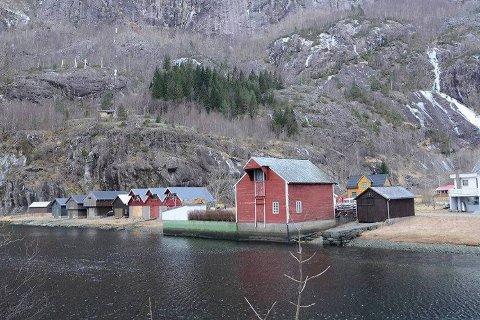 Det bor syv personer i Fjæra i Åkrafjorden. Over 350 personer søkte på 13 stillinger.