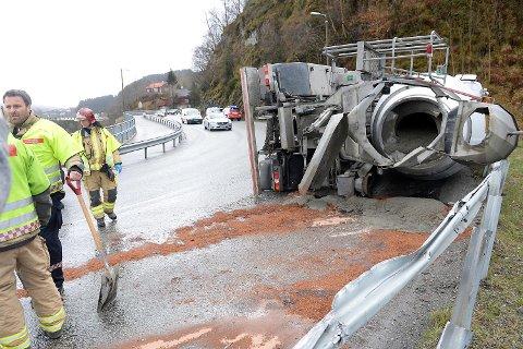 En betongbil veltet i 1115-tiden på E39 Osvegen.