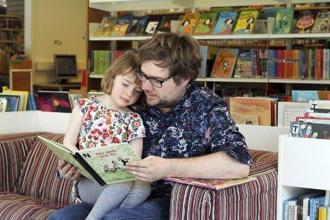 Anna (4) og pappa Trygve Eiken er ofte innom               biblioteket. Denne helgen var skuespiller og sanger Karina Opdal hovedunderholdningen i filialen i Fana. Hun fikk med seg både voksne og barn på sang, dans og tromming.