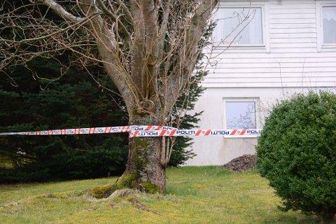 Krimteknikere fra Bergen er på vei til adressen for å gjøre undersøkelser.