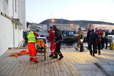 En mann får behandling av helsepersonell  etter han skal ha falt i sjøen.