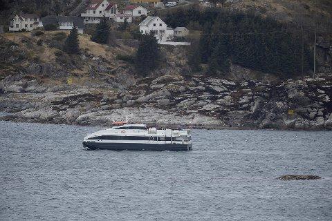De etterlatte etter helikopterulykken, ble fraktet med båt til ulykkesstedet søndag. Foto: Magne Turøy