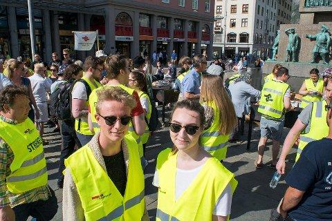 Helene Hydle (23) og Andreas Raa (18) sier mange lurer på hva hotellstreiken dreier seg om.