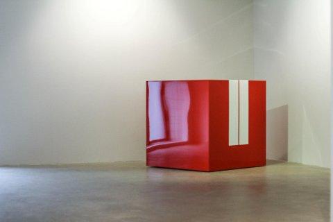 Den Ferrari-røde kuben har Dolk selv gyvet løs på den med en husnøkkel.