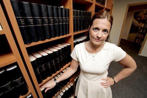 Advokat Cecilie Drechsler er bistandsadvokat for datteren til mannen som nå har rømt fra fengsel. Hun er sjokkert over at han fikk reise alene fra Vadsø til Bergen fengsel.