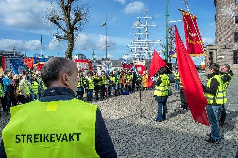 Fagbevegelsen hadde i formiddag fanemarkering utenfor Clarion Hotel Havnekontoret og Radisson Blu Royal Hotel Bergen på Bryggen.