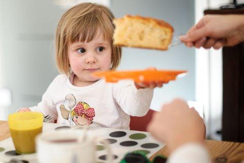 Rundt 1 av 11 barn vokser opp i et hjem med vedvarende lav inntekt. Årsaken kan være uføretrygd, arbeidsledighet og såkalt svak yrkestilknytning hos foreldrene, inkludert lavt utdanningsnivå.