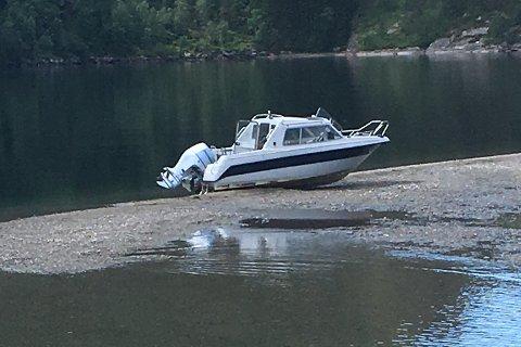 Båten ble stående bom fast på sandbanken.