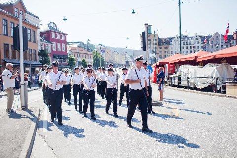 Her marsjerer Sjøforsvarets musikkorps under Tall Ships Races-paraden i Bergen i 2014.
