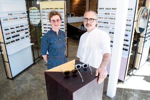 Michelle Rowley og Helge Flo arbeider bevisst med å skape en original handleopplevelse. Derfor skiller butikkene seg drastisk fra tradisjonelle optikerbutikker. – Vi prøver å lage butikker vi selv har lyst til å gå inn i, sier de.