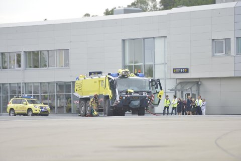 Brannbiler var på plass under øvelsen.
