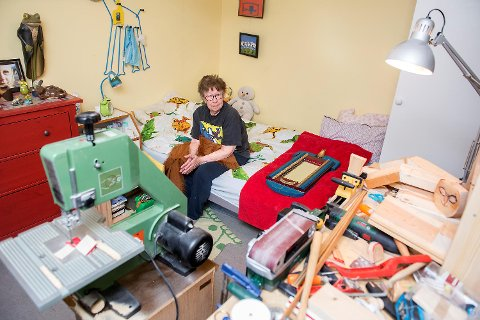 Linni Olesen (89) er kunstner og har innredet verkested med båndsag og annet på soverommet i serviceboligen i Adolph Bergsvei