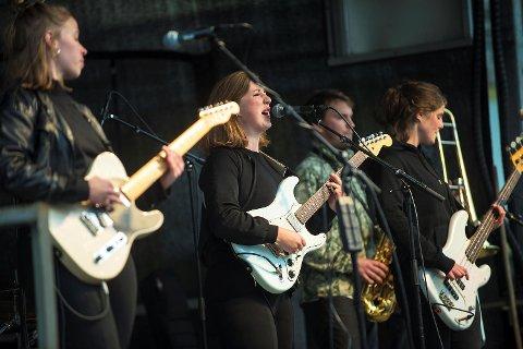 Verdens Flyktningedag ble markert på Torgallmenningen i dag.     Razika underholdt med ny låt fra scenen på Torgallmenningen.