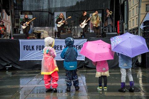 Razika underholdt med ny låt fra scenen på Torgallmenningen.