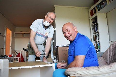 Tidligere produktutvikler i Tine, 67 år gamle Åmund Soldal (t.v) og eks politimann Eirik Thorkildsen (56) tar strøjobber for oppstartsbedriften Senior AS. Her monterer de et kjøkken for en kunde i Fyllingsdalen. Eksterne fagfolk tar seg av rørleggerarbeid og det elektriske.