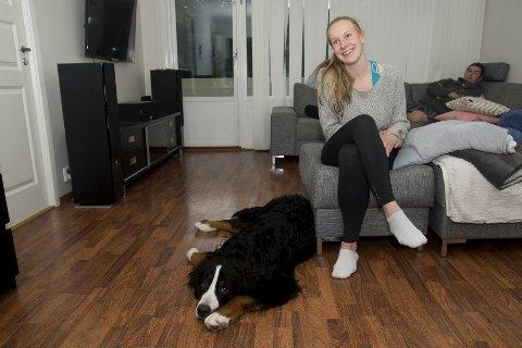 865b7a29 Hunden Theo sammen med matmor Caroline Kayser Frank. Valpen er litt sliten  etter tre døgn