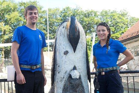 Dyrepasser (og pokémontrener) Thomas Østerhus og førstekoordinator Natalie Stenfeldt, står ved et av Akvariets pokéstops.