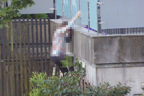 Dette bildet viser når én av mennene tar seg over gjerdet. BA har anonymisert personen.