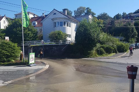Vannlekkasje ved Kiwi Hamrehjørnet i Gabriel Tischendorfs vei førert til at flere husstander i området er uten vann.