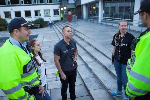 Christian Stoutland (tv) er politioverbetjent og forebyggende koordinator i Vest politidistrikt. Sammen med kollega Hans Sigurd Morstøl, seksjonsleder ved ungdomsseksjonen møtte han informasjonsansvarlig Linda Roald (24), vaktsjef Ola Flytøren (23) og prosjektansvarlig Astrid Mile (22) ved NHH.