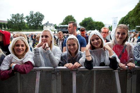 Litt duskregn er det på Koengen, men det skal ikke stå på humøret på første rad under kveldens første konsert.