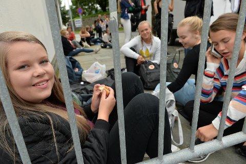 Andrea Danielsen Tyse (16), Oda Kyvik Skard (16), Anna Kjøpstad Rimmereide (15) og Andrea Hammer Aadland (16) var først i køen, og satt i to og en halv time før dørene åpnet.
