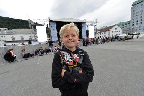 Knut Indrehus Vikane (8) var på plass på Koengen da det åpnet. Han gleder seg stort til Kygo. - Jeg holder ut hele kvelden, sier han.