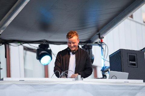 Sonny Alven på DJ-scenen, som står rett ved siden av hovedscenen.